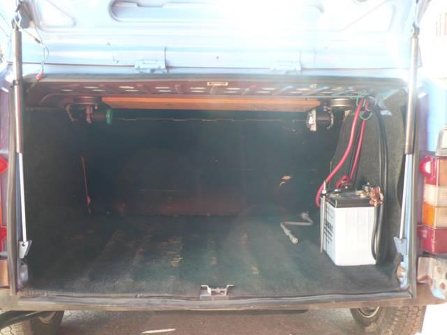 Citroënがワゴンでないことがわかるリアバゲッジルーム バッテリーはリアーに搭載。