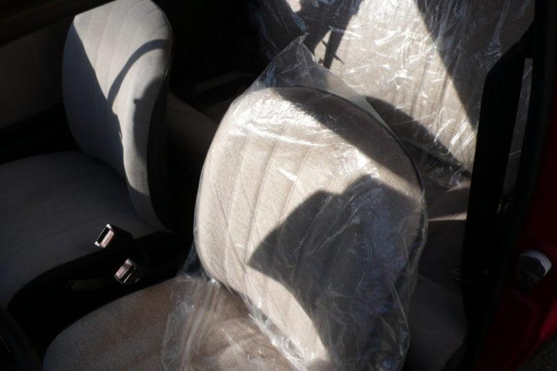 シートは左側運転席と後部座席背もたれをオリジナルに近い雰囲気に張替え済み